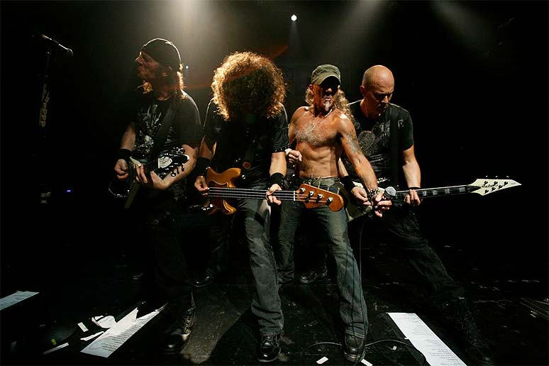 http://www.metal-rules.com/metalnews/wp-content/uploads/2010/06/accept_show.jpg