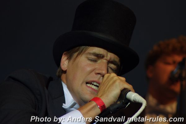 the_hives_live_5.jpg